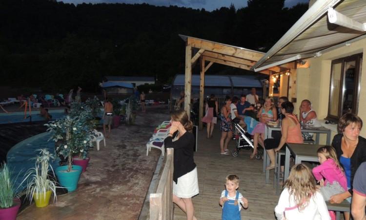 Bar piscine nocturne