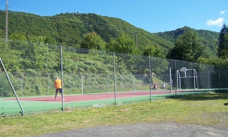 Partie de tennis au camping